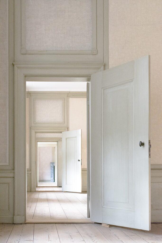 Dentro de las posibles reformas que se pueden realizar, una tiene que ver con el cambio de puertas. En ocasiones, cuando la casa es antigua o las condiciones atmosféricas son complejas, es posible que las puertas empiecen a desgastarse.